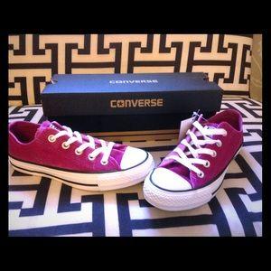 🎉HP🎉 Pink sapphire velvet converse size 5 women